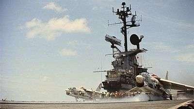Bitevníky A7 Corasair II startují k náletu na Vietnam z lodě Bon Homme Richard v roce 1965
